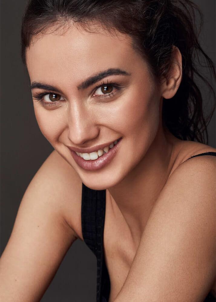 Claudia O modelo femenina y actriz de la agencia Plugged Models