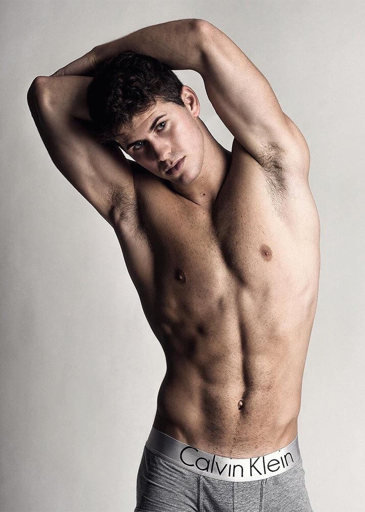 Javier A modelo masculino de la Agencia Plugged Models