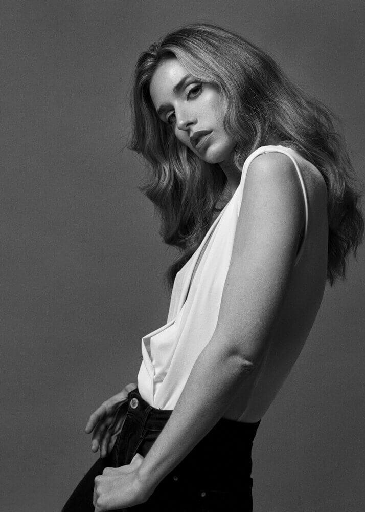 Pilar M modelo femenina y actriz de la agencia Plugged Models